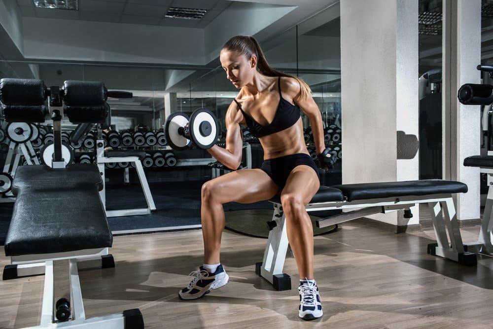 mulher treino rosca unilateral sentada