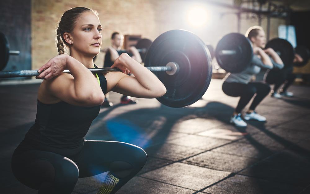 mulheres - treinos de força - agachamento