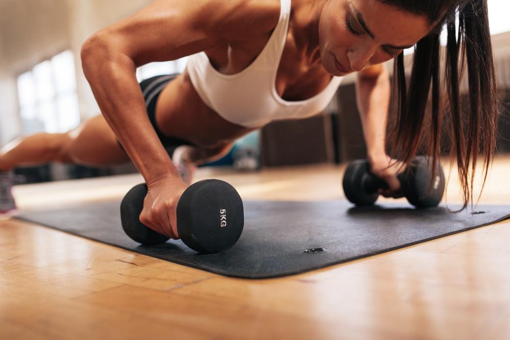 mulheres - treinos de força - flexao halteres