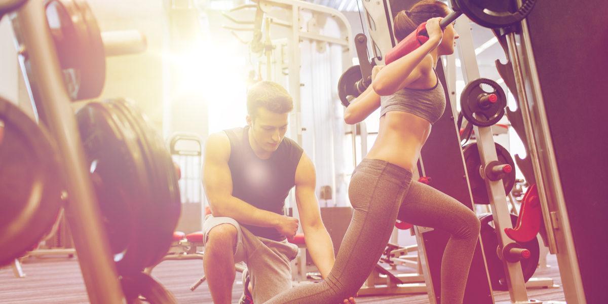 treinos de força mulheres - afundo avanço agachamento