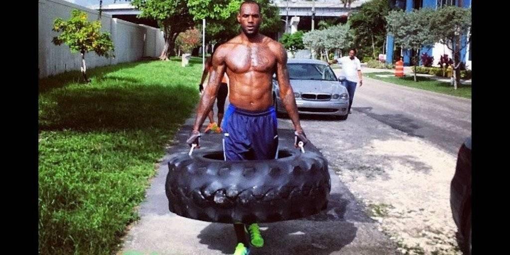 LeBron James treina com pneus