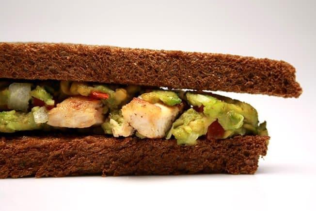 Sanduiche de frango com abacate