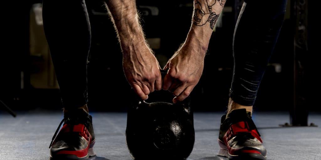 2 exercícios que todo atleta iniciante deve fazer com kettlebells