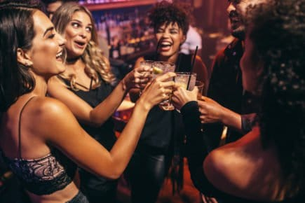 Mulheres bebendo, festa, amigas