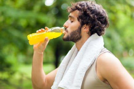 Homem, bebida esportiva