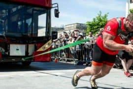 Aos 38 anos, atleta de strongman puxa ônibus de 12 toneladas e quebra recorde