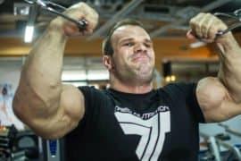 O 'Incrível Hulk' da Luta de Braço que possui mãos e dedos gigantes