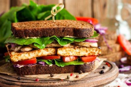 sanduíche de tofu com vegetais